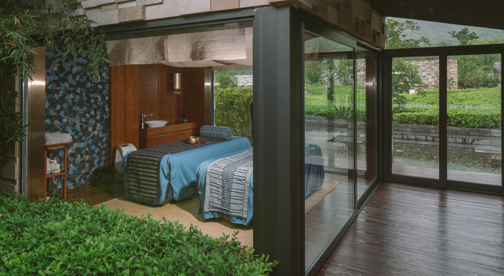麻将桌及专享巨型温泉泡池,宽敞的室内机室外空间足以满足一个大家庭